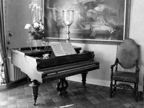 Old piano - black and white wallpaper